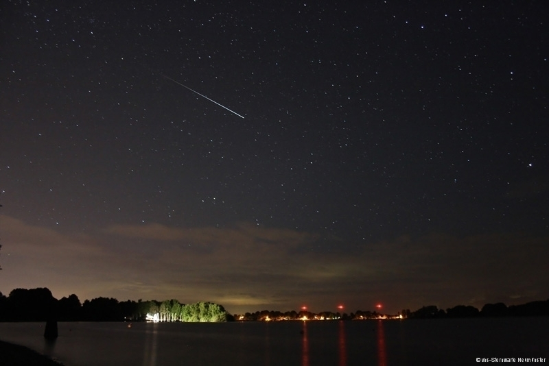 Eine Perseidensternschnuppe über dem Einfelder See - Foto: Marco Ludwig